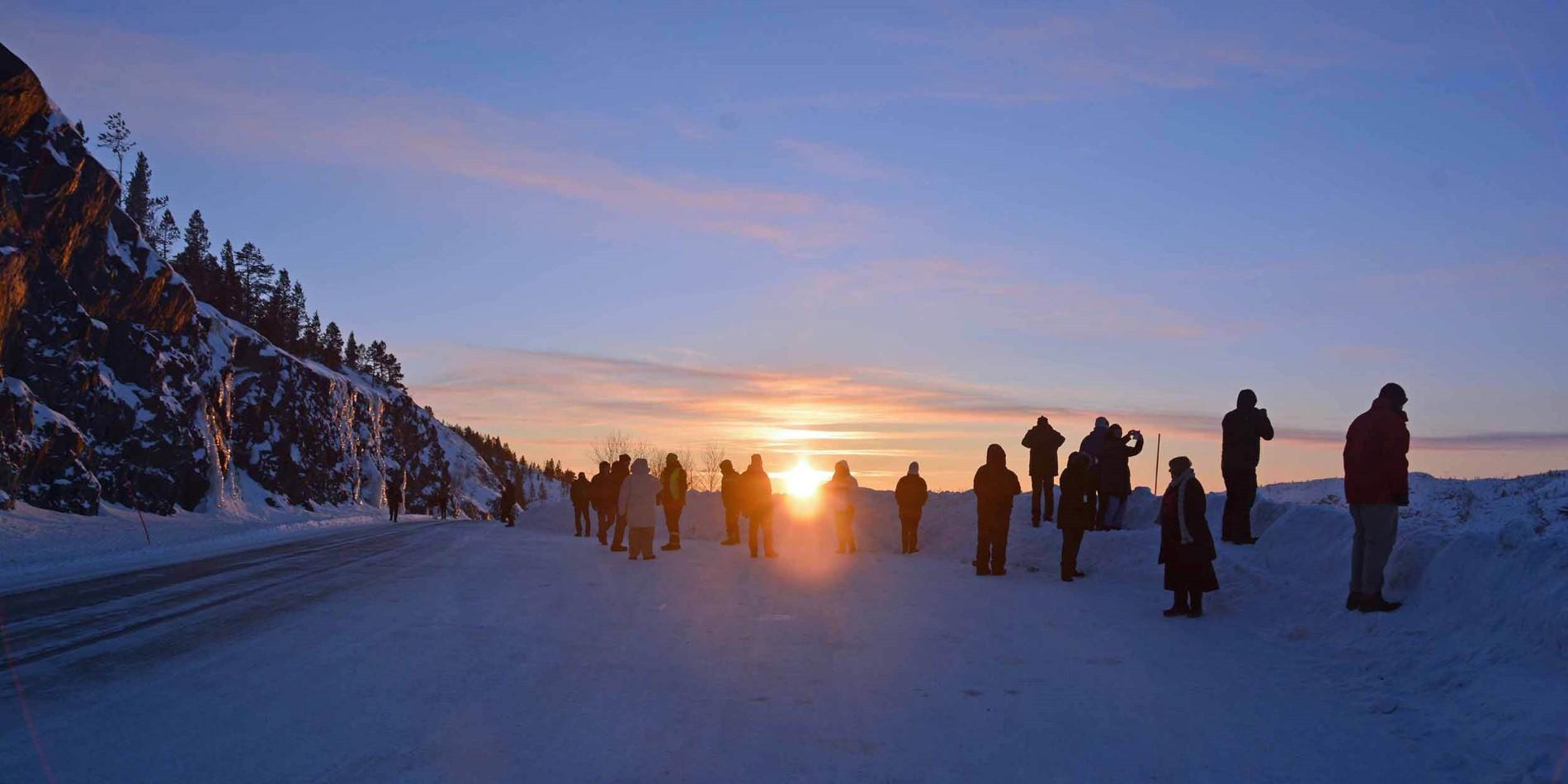 En grupp människor längdskidåkning i snön