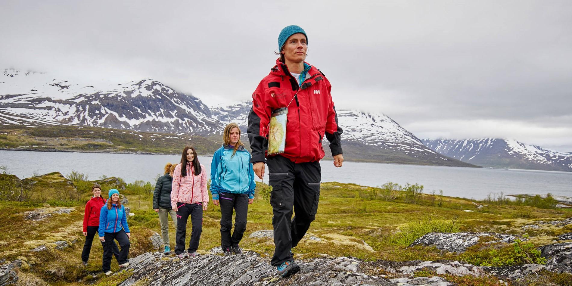 En man som står framför ett berg