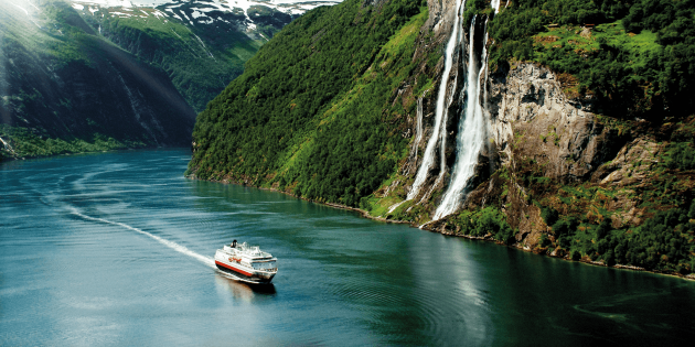 Day 2_Andreas Mihatsch_ship in Geiranger Fjord retusj.png