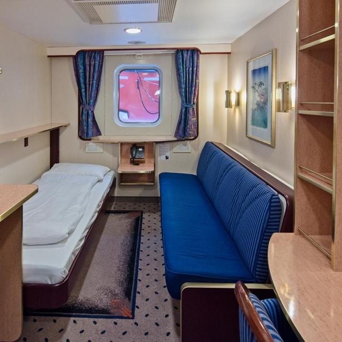 Ett rum fyllt med möbler och en TV