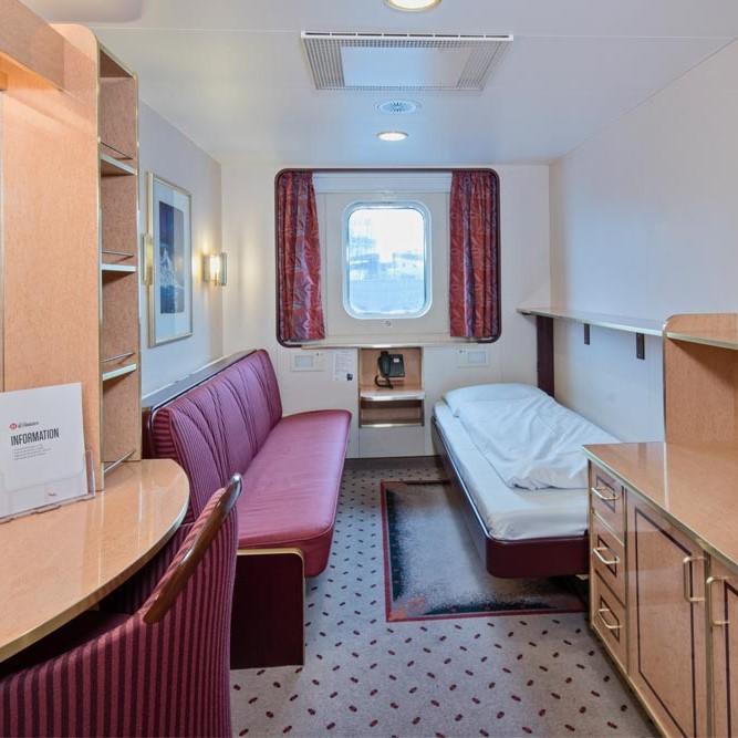 Ett sovrum med skrivbord och stol i ett rum